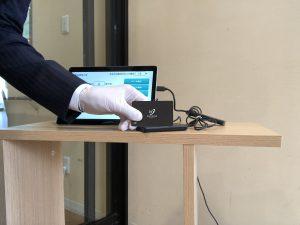 介護デイサービスにICカード導入。ICカードをかざします。